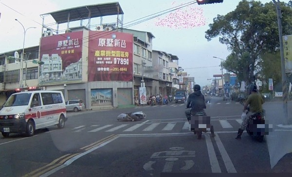 埔里鎮中正路、信義路口發生機車與自小客車碰撞事故,救護車趕到,只剩路中央的機車,不見人影。(記者佟振國翻攝)