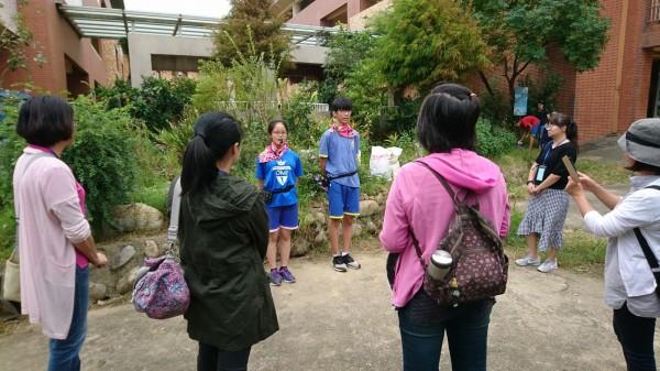 新豐國中學生擔任解說人員,為苗栗縣台美生態學校行動團隊的成員,導覽校園藝術、環保行動及生態池的原生植物等。(新豐國中提供)