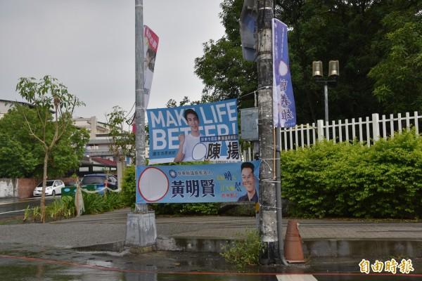 競選旗幟掛在目標明確的地方較容易引起注目。(記者葉永騫攝)