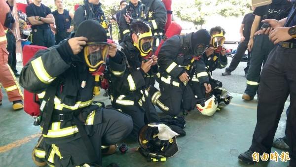 消防菁英接受RIT訓練。(記者張聰秋攝)