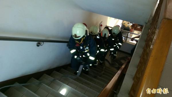 消防人員學習美國最新自救模式。(記者張聰秋攝)
