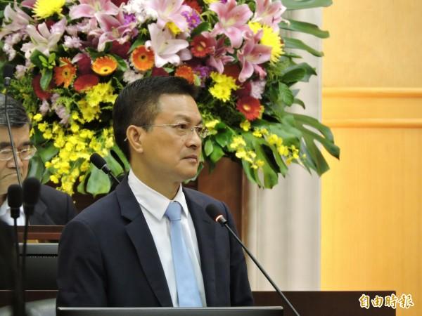 彰化縣長魏明谷在議會答詞時,否認自己是只會賣祖產的「了尾仔囝」。(記者林良哲攝)
