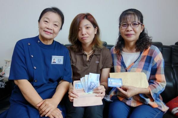 林儀婷、母親蔡慧珍跟慈濟志工一起協力找到遺失皮夾的泰國女學生。(慈濟基金會提供)