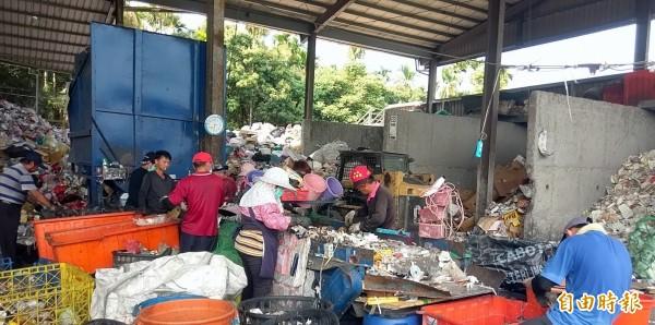 南投市公所資源回收場委外廠商貨殖公司員工,在垃圾分類時,意外拾獲1萬1300元現金,但員工們均未心生貪念,如實通報公所並順利物歸原主。(記者謝介裕攝)