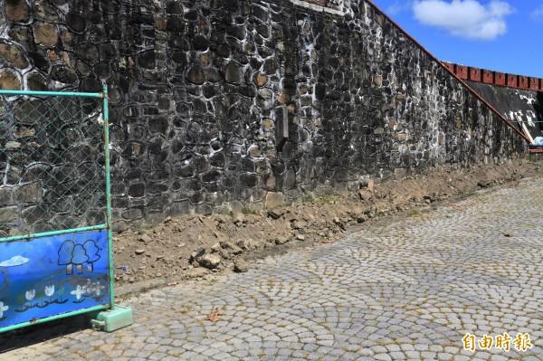 恆春北城門旁挖掘為了點亮古城燈光。(記者蔡宗憲攝)