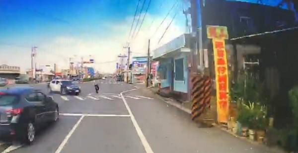 林男酒駕拒攔檢狂飆23公里,見警方在前,也從慢車道直衝過去,毫無減速。(記者陳彥廷翻攝)
