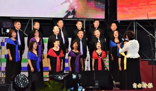 由海外僑胞組成的混聲合唱團,今登上雙十晚會舞台獻唱「阿里山之歌」。(記者張議晨攝)