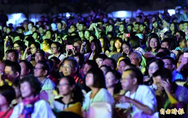 雙十晚會今晚在宜蘭田徑場登場,逾萬名僑胞、貴賓歡慶台灣共好。(記者張議晨攝)