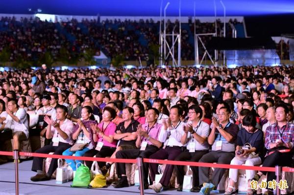 雙十晚會昨晚在宜蘭田徑場登場,逾萬名僑胞、貴賓歡慶台灣共好。(記者張議晨攝)