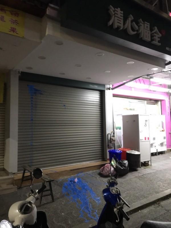 嘉南東區大雅路一間知名連鎖飲料店營業時間就遭惡客上門潑漆。(讀者提供)