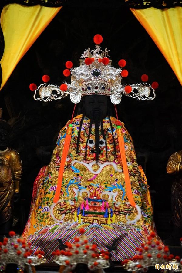 鎮殿溫王爺長約百公分的王冠擁有許多專屬冠飾。(記者陳彥廷攝)