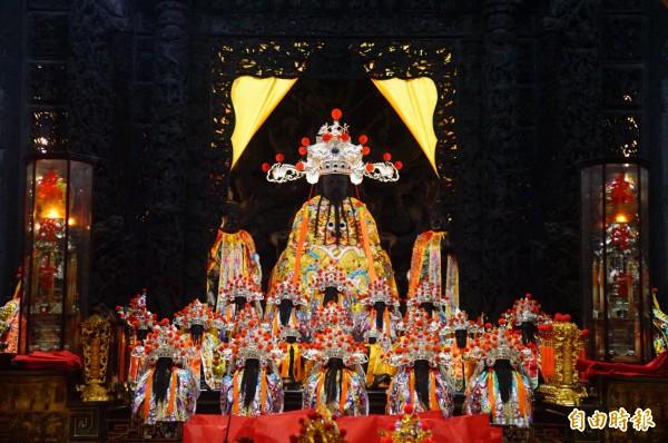 東隆宮今天凌晨共有7尊溫王神像更龍袍、換王冠。(記者陳彥廷攝)