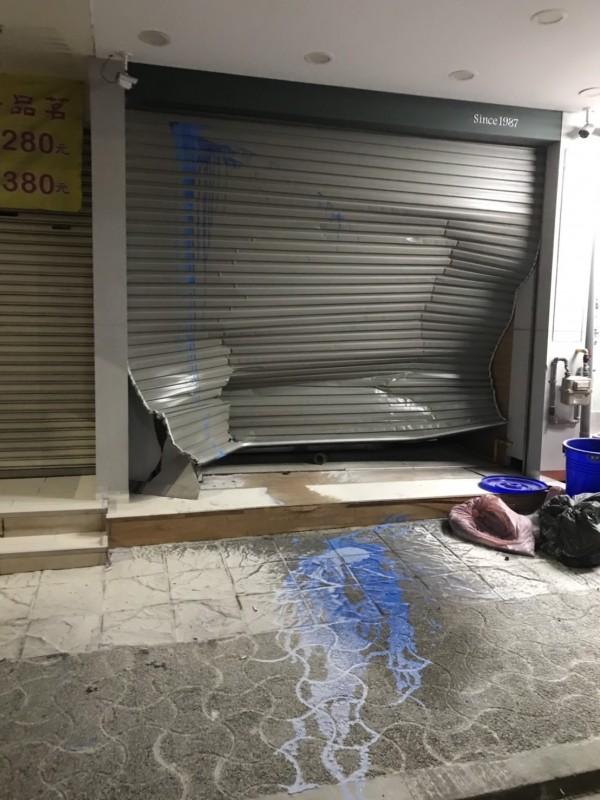 嘉義市東區大雅路知名連鎖飲料店先遭潑漆再被撞凹鐵門。(讀者提供)