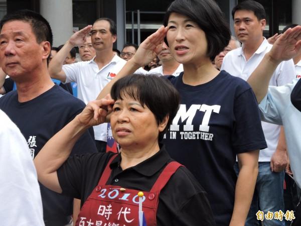 愛心菜販陳樹菊參加國慶升旗,捐出畢生積蓄,幫助台東醫療。(記者張存薇攝)