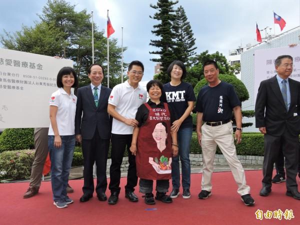 愛心菜販陳樹菊(左四)捐出畢生積蓄,幫助台東醫療。(記者張存薇攝)