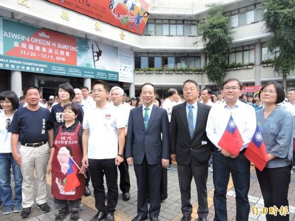 台東縣政府國慶升旗典禮,吸引數百人參加。(記者張存薇攝)
