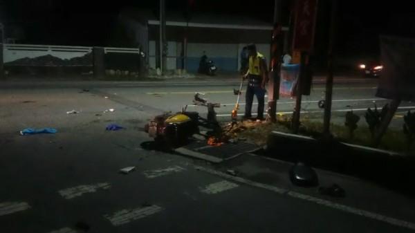 車禍現場機車零件散落地面,一片凌亂。(記者王秀亭翻攝)