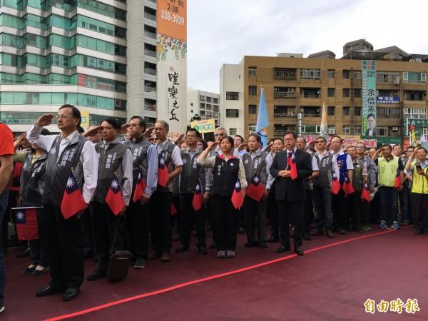 桃園市長鄭文燦升旗時只有短暫舉手,之後全程行注目禮。(記者陳昀攝)