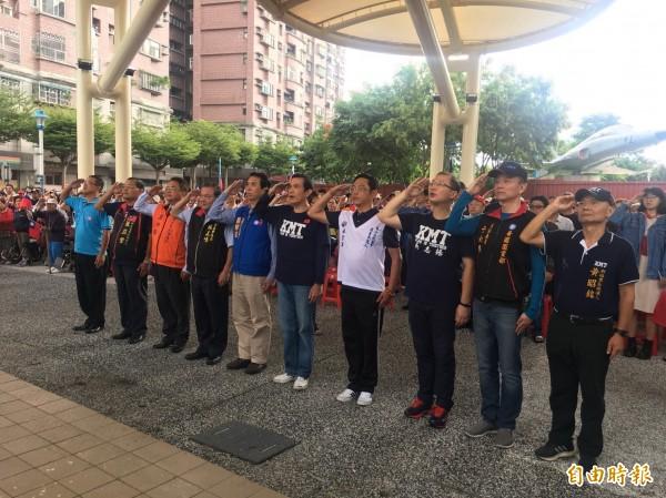 前總統馬英九(前排中)參加桃園陸光新城升旗典禮。(記者周敏鴻攝)