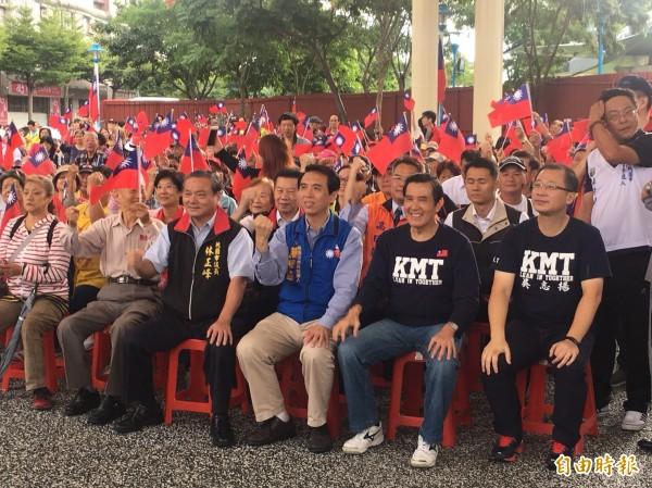 前總統馬英九(前排右二)前往桃園陸光新城參加升旗典禮。(記者周敏鴻攝)