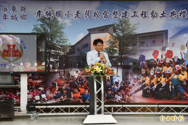 潘孟安回母校動土重建,自豪改建屏東29校老舊教室。(記者蔡宗憲攝)