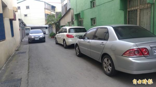 巷子內的車子因施工封路無法進出。(記者廖淑玲攝)