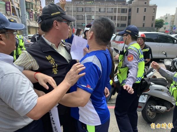 護礁人士與警方發生衝突。(記者許倬勛攝)