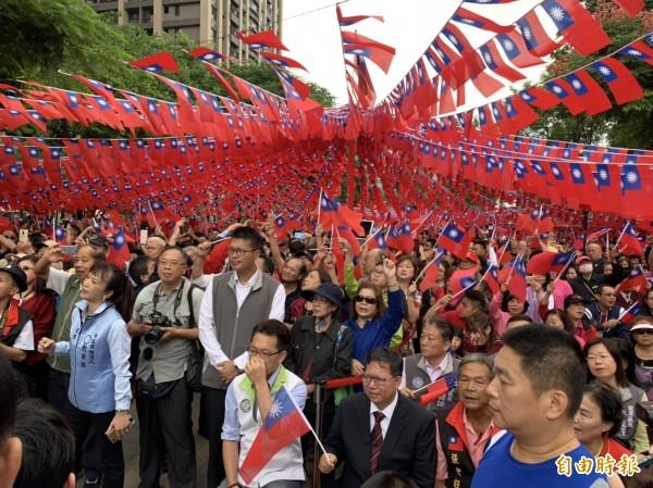 每年舉辦的「國旗屋」升旗典禮吸引近萬民眾參加。(記者許倬勛攝)