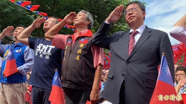 市長鄭文燦(右一)與市長候選人陳學聖(左一)、前縣長吳志揚(左二)、國旗達人張老旺(右二)同台向國旗敬禮。(記者許倬勛攝)