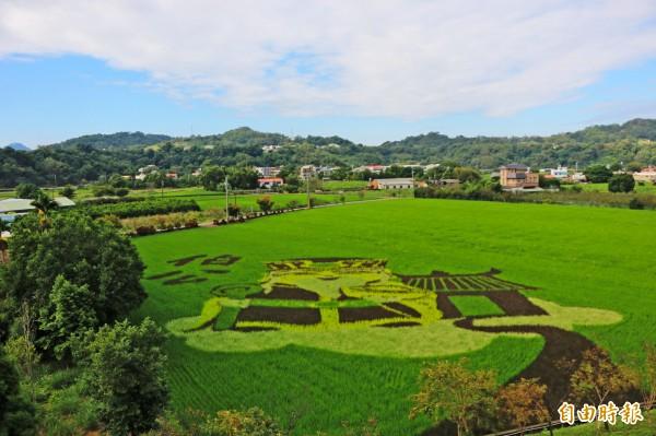 Q版「伯公」土地公農田彩繪出現在南庄鄉田野間,非常吸睛。(記者鄭名翔攝)