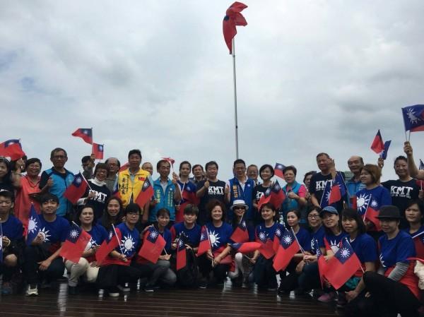 國民黨基隆市黨部在基隆各行政區舉辦慶祝國慶快閃活動,並在海洋廣場升起國旗,期許明天會更好,吸引上百人參加。(記者林欣漢翻攝)