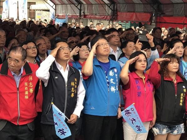國民黨新竹縣長參選人楊文科(左3)今天早上跟爭取連任的湖口鄉長林志華(左2)一起成立東湖口聯合競選總部,且共同在此參加國慶升旗。(圖由楊文科陣營提供)