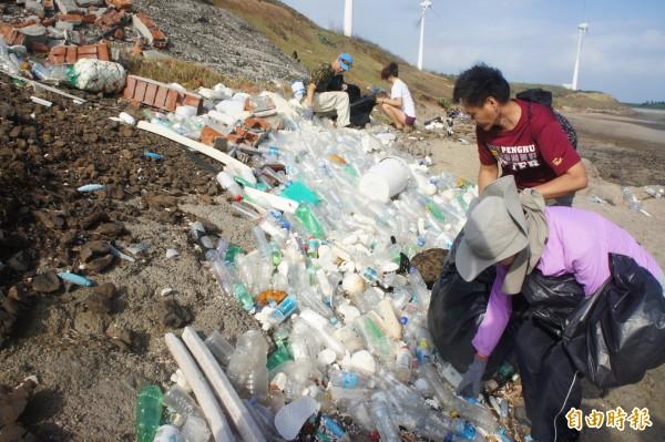 翁珍聖淨灘撿拾海廢寶特瓶,14日將製作海廢之牆。(記者劉禹慶攝)
