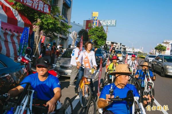 參選人出奇招!新竹市香山區市議員參選人陳雪慧,辭去社會處長職務,任內推出的創新「手搖自行車」,鼓勵下肢身障者透過手搖方式騎自行車,她也邀請身障者騎上一般道路,辦理另類的造勢活動,讓身障者享受騎自行車樂趣。(記者洪美秀攝)