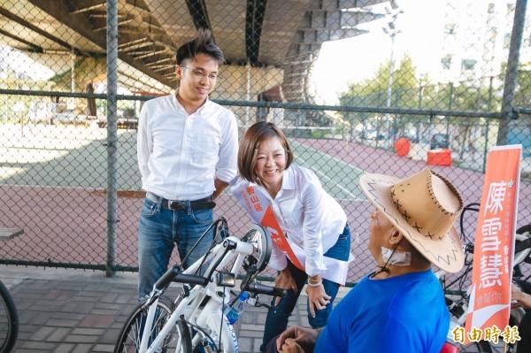 新竹市香山區市議員參選人陳雪慧擔任社會處長時,推出創新「手搖自行車」,鼓勵下肢身障者透過手搖方式騎自行車。(記者洪美秀攝)