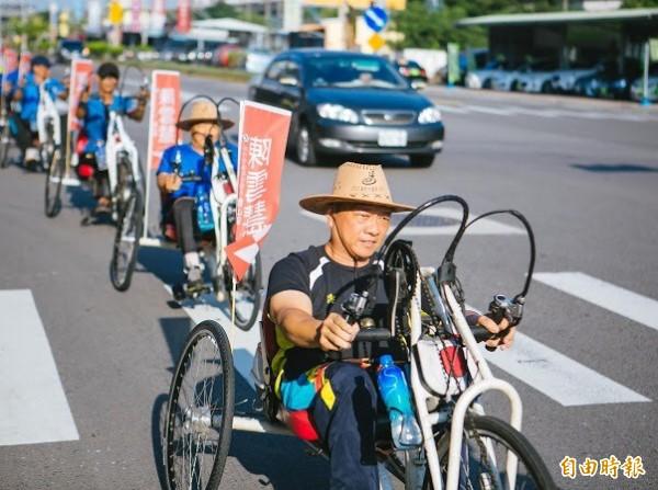 看過「手搖自行車」嗎?這群身障者勇敢「搖」進市區道路,挑戰不可能的任務,個個展現自信和勇氣,更用這樣的競選活動方式力挺支持身障者的新竹市香山區市議員參選人陳雪慧。(記者洪美秀攝)