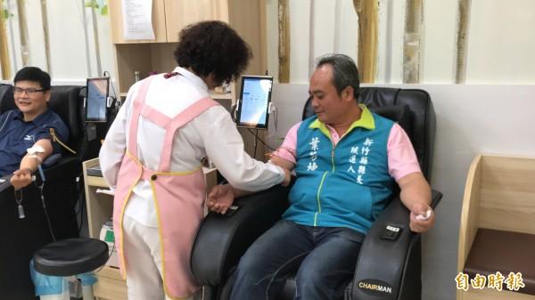 無黨籍新竹縣長參選人葉芳棟(右)打選戰不忘捐血救人。(記者黃美珠攝)