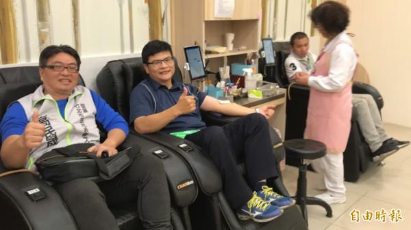 樹黨竹北市代參選人高民晟(左1)因爲捐血跟竹北分局三民所所長吳榮財(左2)相見歡。(記者黃美珠攝)