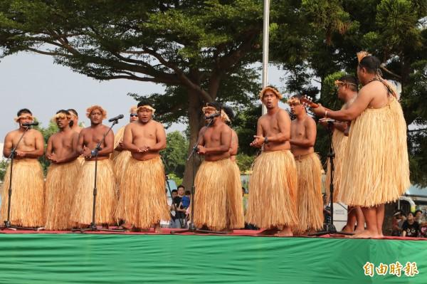 馬紹爾表演團隊演唱傳統歌謠。(記者洪瑞琴攝)