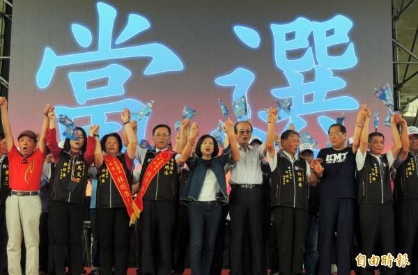 國民黨南投縣長候選人林明溱(左4),今舉辦競選總部成立大會,國民黨主席吳敦義夫人蔡令怡(左5)也到場,並與大家一起高呼口號。(記者謝介裕攝)