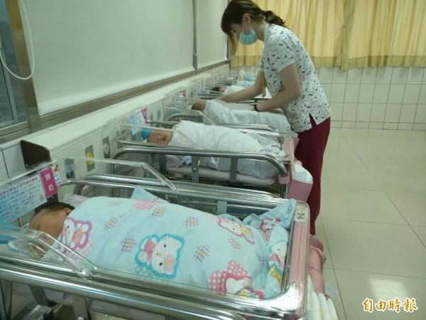 醫護人員在產房忙進忙出。(記者許倬勛攝)