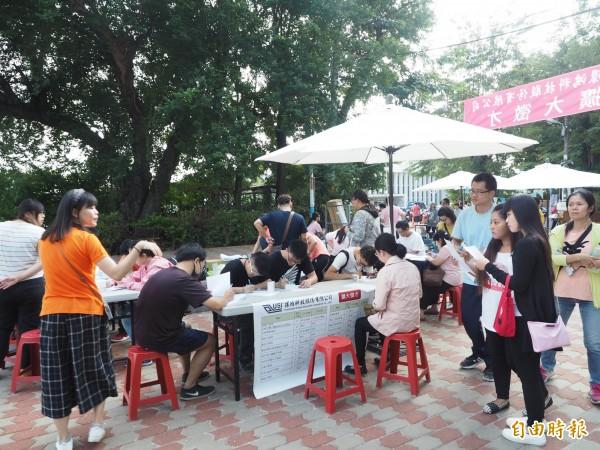 環鴻科技公司在草屯鎮中山公園設徵才攤位,人潮不斷。(記者陳鳳麗攝)