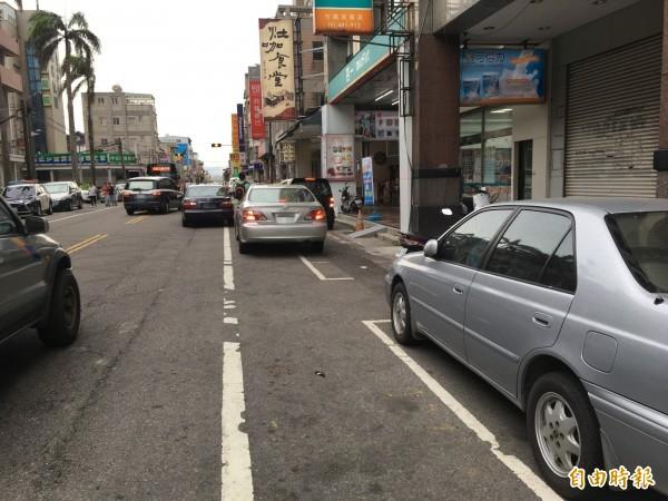 竹南市區停車位不足,每到尖峰時段臨停車位一位難求,衍生許多停車亂象。(記者鄭名翔攝)