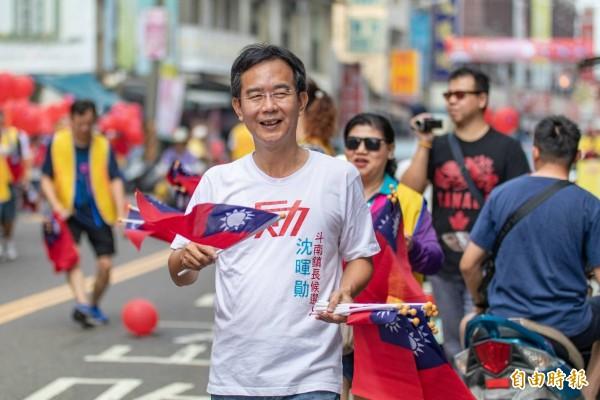 斗南鎮長參選人沈暉勛號召支持者拿國旗上街頭遊行,慶祝國家生日。(記者廖淑玲攝)