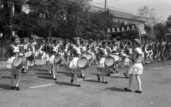 彰化女中學生參加1969年彰化市國慶遊行。(鐘清溪提供)