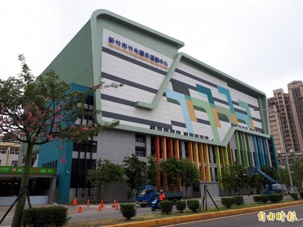 新竹市第2座國民運動中心即竹光國民運動中心即將完工,年底將試營運,明年1月中旬正式營運,新穎漂亮的外觀和寬敞的戶外人行空間,已吸引民眾探詢開館時間。(記者洪美秀攝)