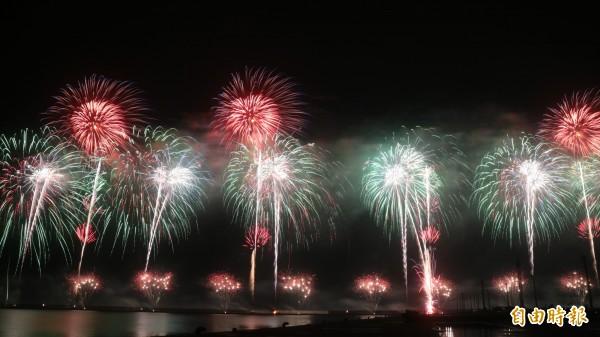 今晚雙十焰火在花蓮港東堤施放,不過由於帆布起火,(圖下右三)造成部份高空焰火無法發射。(記者王錦義攝)