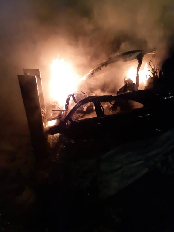 陳男的轎車被推入地基後,疑似因為車燈未關導致短路過熱起火。(記者王捷翻攝)