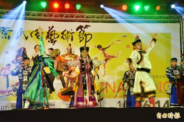 南瀛國際民俗藝術節仁德場活動,蒙古的演出。(記者吳俊鋒攝)