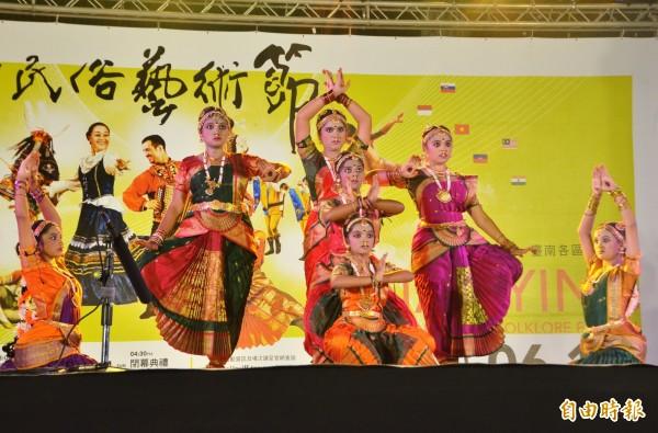 南瀛國際民俗藝術節仁德場活動,印度的演出。(記者吳俊鋒攝)